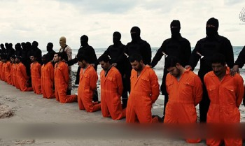 Terroristas ISIS se preparan para asesinar a 21 cristianos egipcios en Libia, febrero 2015. Read more at https://www.breakingisraelnews.com/51015/how-obama-ushered-in-the-new-age-of-christian-martyrdom-opinion/#uHrM6YHlBdRlghTt.99